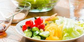 多種多様なサラダとドレッシングをご用意。