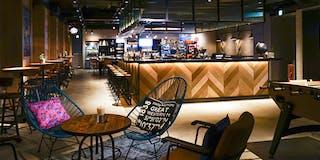 <Moxy Bar & Lounge>軽食やドリンクなどを24時間お楽しみいただけます。