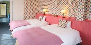 201 Standard Family:可愛いデザインのファミリータイプ。ピンクのお部屋はセミダブルベッドです。