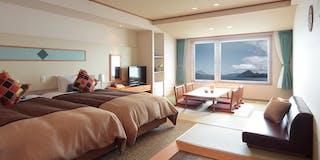 和洋室 ベッドが窓側にあります。