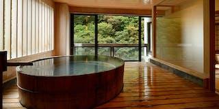 展望風呂付き客室の湯船