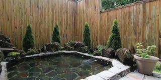 那須の自然に囲まれた露天風呂は開放感たっぷり