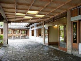外国人の友達が喜ぶような和の雰囲気がある草津温泉の宿を教えてください。
