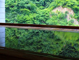 外国人の友達を連れて日本の温泉を案内します。宇奈月温泉で和室のある宿があればお願いします。