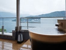 露天風呂付客室 河口湖側の露天風呂(一例)