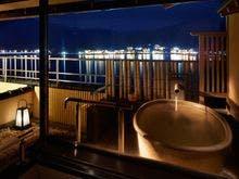 露天風呂付客室10+7畳の露天風呂です。