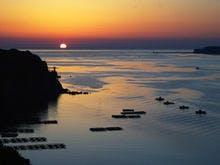 的矢湾から昇る朝日