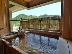 スキー帰りに熱海温泉に寄って帰りたいと思います。地元の食材が堪能できる温泉宿があれば教えてください。