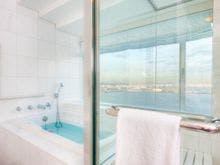 バスルームからも横浜港を見渡せます