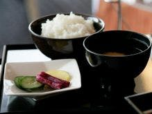 丁寧に作られた伝統的な和朝食を