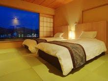 ツインベッドを備えた和モダンの客室