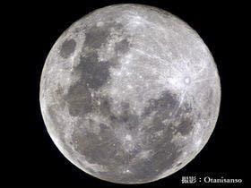 天体ドームで撮影した月