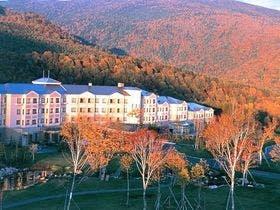【秋】紅葉の森に佇むホテル