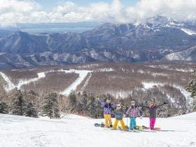 【アクティビティ】磐梯山を後ろに記念撮影