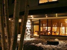 北海道で雪まつりを楽しんだ後、定山渓で温泉と海の幸を楽しみたい。オススメの宿を教えてほしい