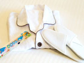 お子様用パジャマ、スリッパ、歯ブラシ