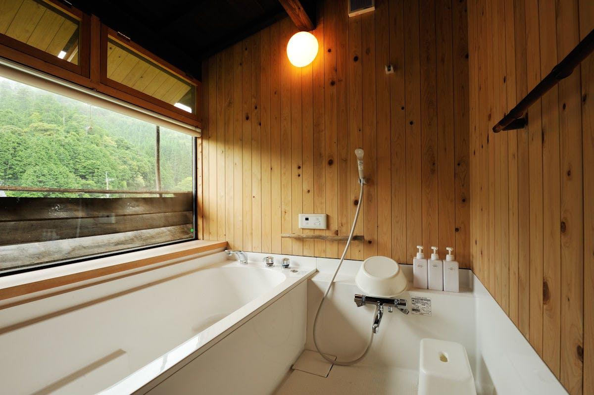 """自然を眺める絶景風呂に五右衛門風呂。心動かされる""""日本の暮らし"""""""