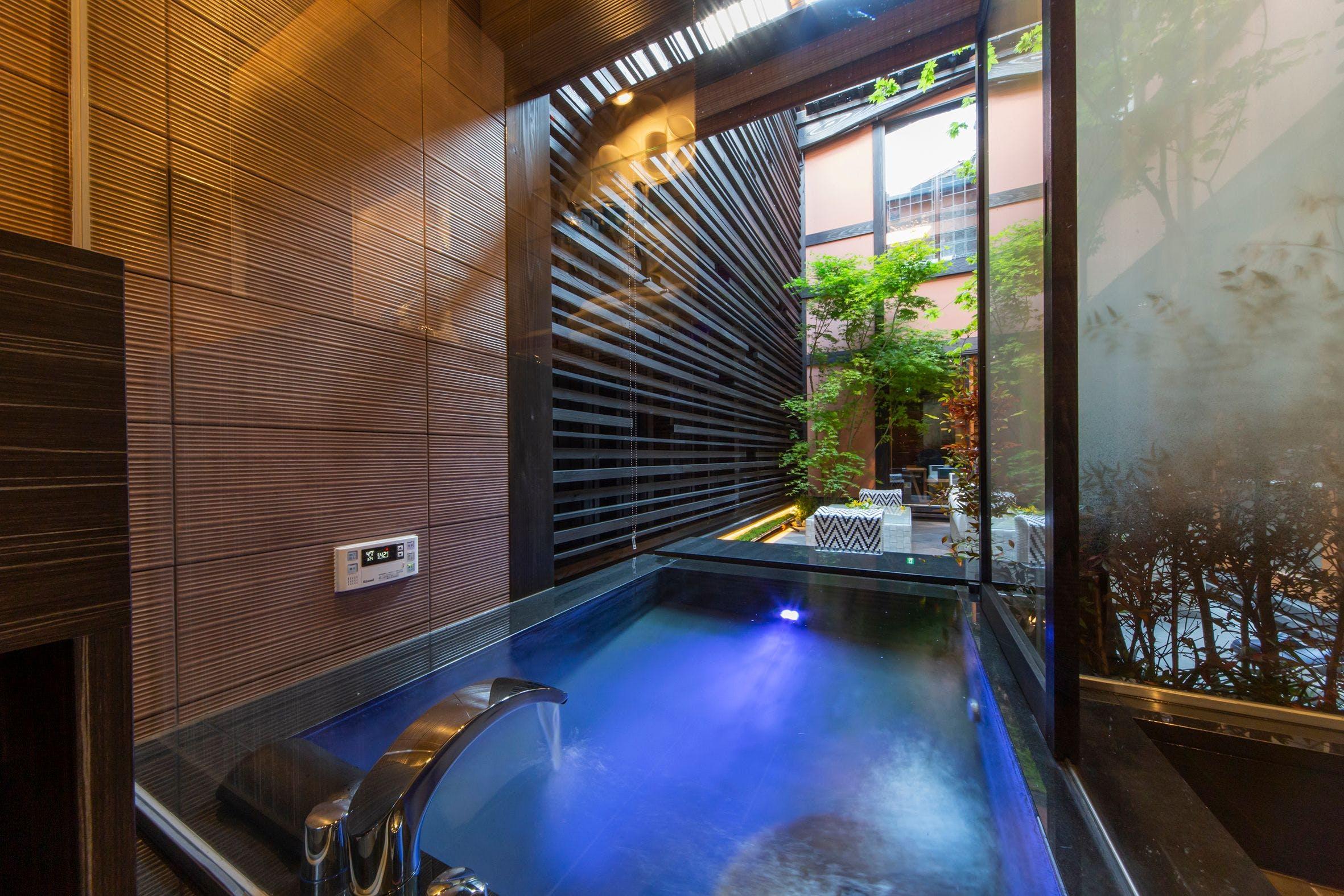 淡い光が揺らぐ、幻想的な露天風呂