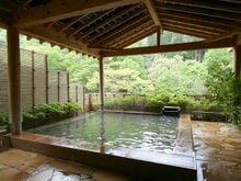 伊香保温泉に友達4人で行きます。駐車場つきのおすすめの温泉宿を教えてくれませんか?