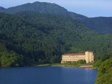 池を望む180度の絶景は日本画のよう。