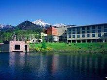 からまつ湖からホテル越しの雄大な八ヶ岳
