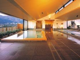 プールと温泉が楽しめるホテルを探しています。