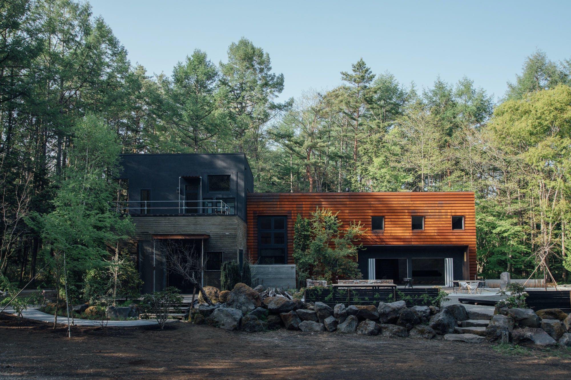 森の中にあるハイセンスな空間は、心落ち着く隠れ家