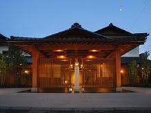 3月に石和温泉に行きます。美味しい食事を取れるオススメの宿を教えてください。