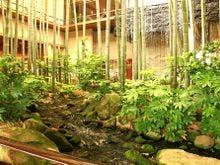 エントランス中庭「飛天の滝」