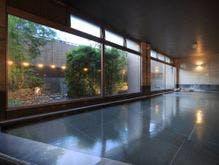 庭園を眺める屋内大浴場(女性用)