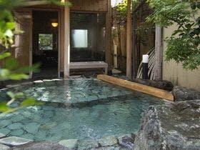貸切露天風呂「山の辺の湯」青石の露天風呂