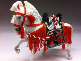 幸運をもたらす飾り馬人形