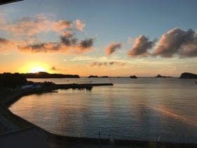 館内から望む湯ノ本湾の夕陽