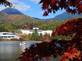 蓼科湖から当館を望む。