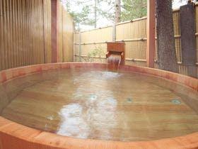 樽かわり風呂の露天は天然ハーブでのんびり