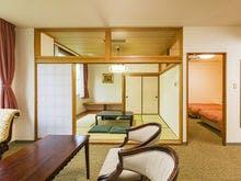 ベッドが2台の洋室とゆったりとした和室