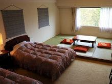 客室(和洋室の一例)ツインベッドと畳の間