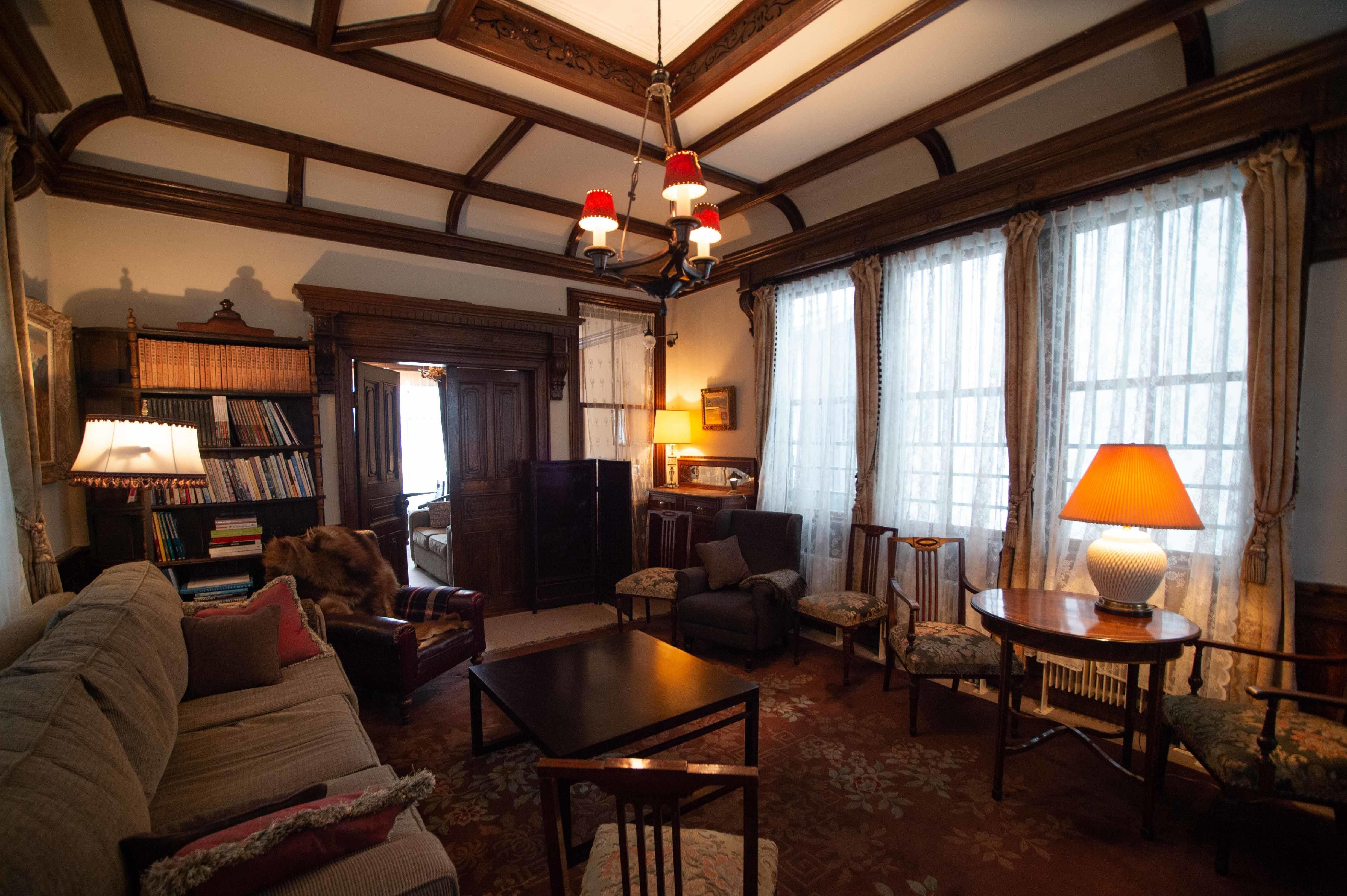 味わい深い西洋家具に囲まれて過ごす