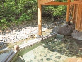 谷川の清流に面した混浴露天風呂