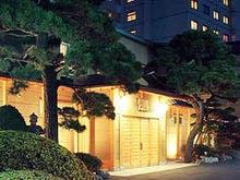 雪景色の函館の街を楽しんだ後に泊まる、会席料理が食べられる湯の川温泉の宿を教えてください