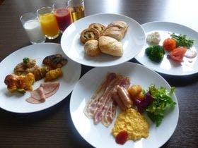 朝食は彩り豊かな和洋バイキング。
