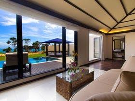 大きな窓が特徴的で宮古島の青い空が映える