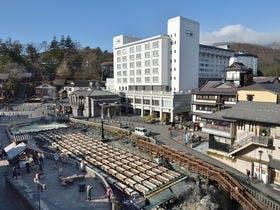 草津温泉に友人5人で行きます。湯畑見物に便利な立地で5人部屋のある温泉宿はありますか?