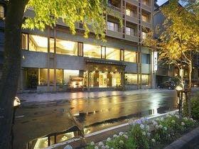 山梨県の温泉地へ。富士芝桜まつり会場近くの旅館を教えて下さい。