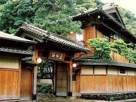 花見シーズンに彼女と城崎温泉でのんびりしたい。くつろげる和室の宿でイチオシを教えて。