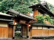 祖母と城崎温泉に行きます!昔ながらのひなびた温泉宿はありますか?