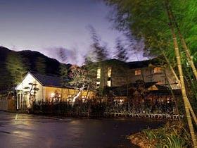 鬼怒川温泉で浴衣を着てゆっくりくつろげる露天風呂付客室の温泉宿を教えてください。