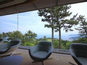 11月の3連休に熱海温泉に行きます。少し高めでもいいのであまり混まない宿はありますか?