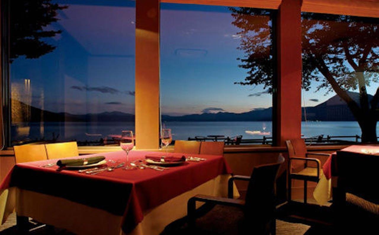 レストランから・月を映す支笏湖(6月頃)