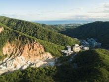 第一滝本館と裏手に広がる北海道遺産地獄谷